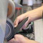 Schuster beim Anschleifen von Schuhsohlen